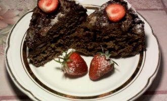 Шоколадная шарлотка с клубникой в мультиварке фото