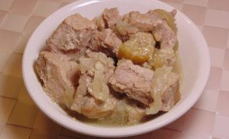 Свинина по-тайски с яблоками и бананом фото